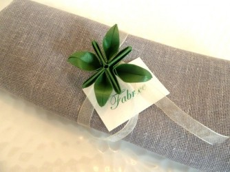 decoration-de-table-noel-rond-de-serviette-marques-place-en-origami-fleur-verte-en-papier-irise-ruban-organza