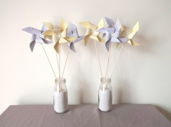 8-pics-moulins-a-vent-a-pois-et-chevron-jaune-moutarde-et-gris-decoration-de-table-de-fete-candy-bar-anniversaire